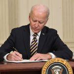 """Joe Biden firma GettyImages 1231364660 - Biden llama al Senado a aprobar el paquete de estímulo, """"no hay tiempo que perder"""", dijo"""