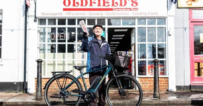 anciano reparte diario - Repartidor de periódicos recibe una bicicleta eléctrica a sus 80 años. Pospondrá su jubilación