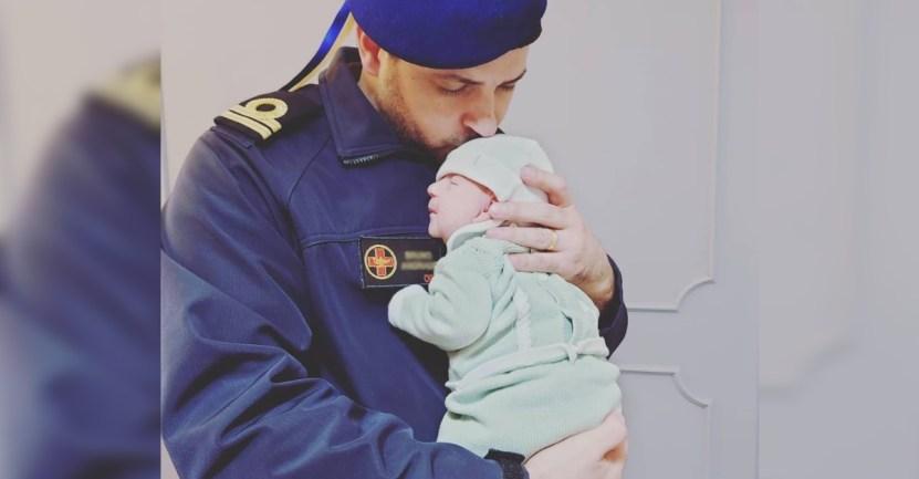 marino enfermero hija deber - Marino besa a su hija recién nacida antes de partir a su misión. Debe luchar contra la pandemia