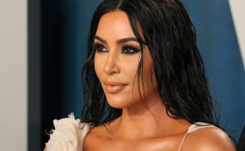 kim kardashian celebrity afp crop1615930054261.jpg 242310155 - ¡Encantos tropicales! Kim Kardashian se cubre con pétalos