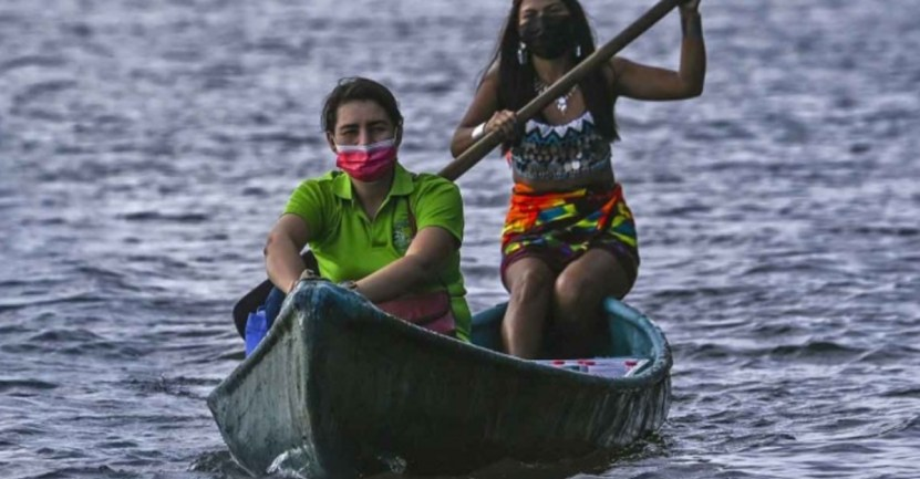 maestra canoa indigenas pandemia - Maestra viaja en canoa para llevar educación a alumnos indígenas. No tienen conexión ni equipos