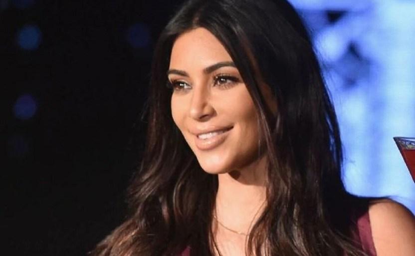 kim kardashian contenta afp.jpg 242310155 - ¡De rojo! Kim Kardashian presume su figura con micro ropa