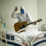 personal medico guitarra hospital coronavirus - Trabajador médico canta y reza por un paciente con coronavirus en Brasil. Trataba de alegrarlo