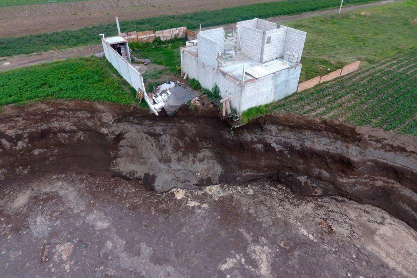 Socavon EFE aaf1bba32a73508fdfc11b998bf637d34ff14453 - El gigantesco socavón aparecido en México se extiende y comienza a tragarse una casa