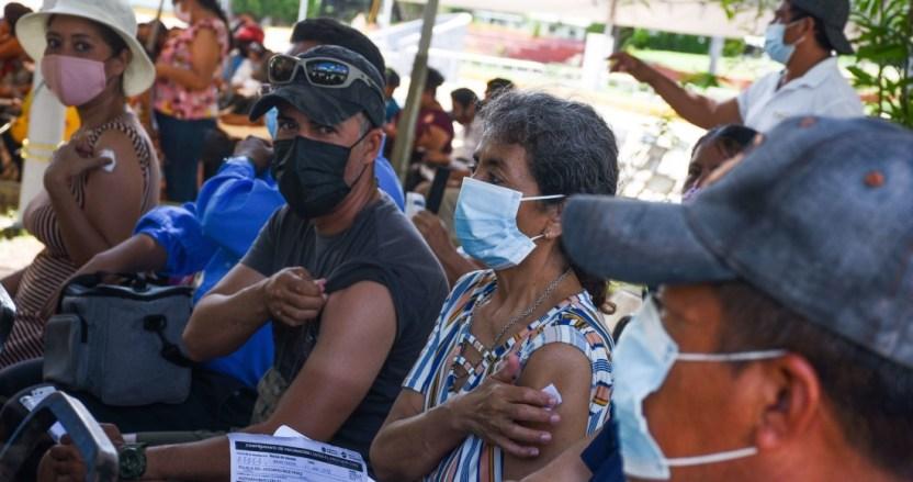 """frontera vacuna - """"Siento mucha paz"""". Mexicanos van a El Paso para vacunarse contra COVID"""