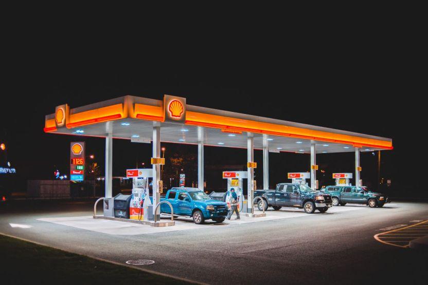 """erik mclean gas station night - Precio de la gasolina en Estados Unidos: según especialistas, el aumento en verano """"no es inusual"""" y """"no ha terminado"""""""