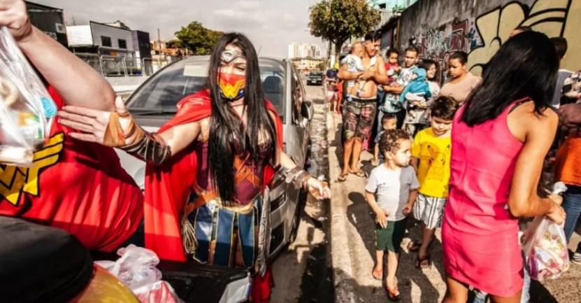 mujer maravilla ninos brasil - Veterinaria vestida de mujer maravilla lleva juguetes a niños humildes en Brasil. Es su heroína