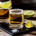 tequila con lima y sal shutterstock 1918936205 - Día Nacional del Tequila: conoce quién lo inventó y dónde se originó