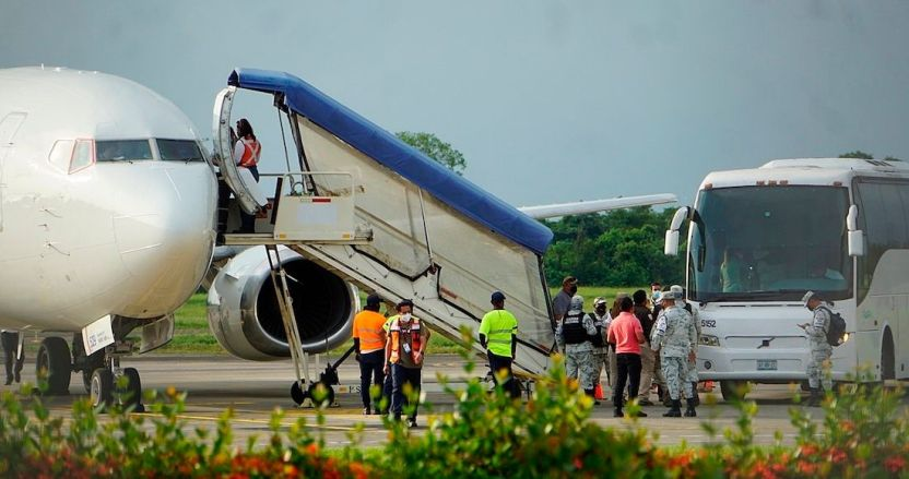 migrantes vuelos - Migrantes deportados de EU son trasladados en aviones a frontera México-Guatemala