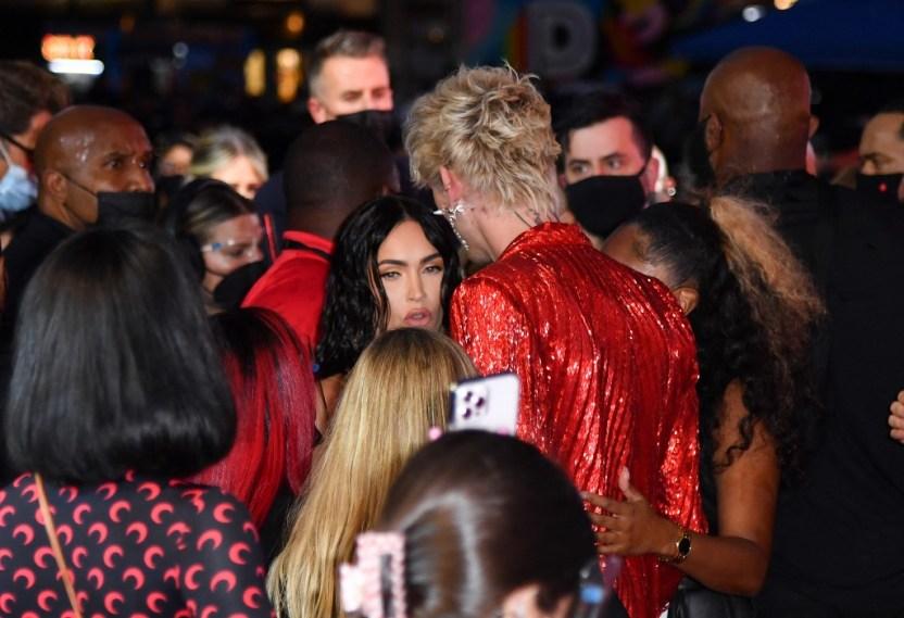 000 9MQ4YF - ¡Otro escándalo! Conor McGregor atacó al novio de Megan Fox en la alfombra roja de los premios de MTV (VIDEO)