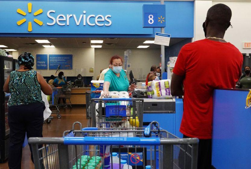 GettyImages 1318711362 - Walmart: 565,000 empleados recibirán al menos un aumento de un dólar por hora