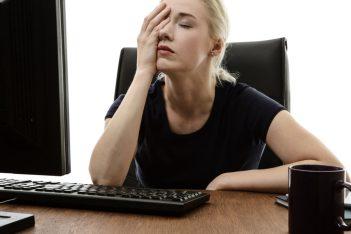 vrouw achter bureau wil concentratie verbeteren