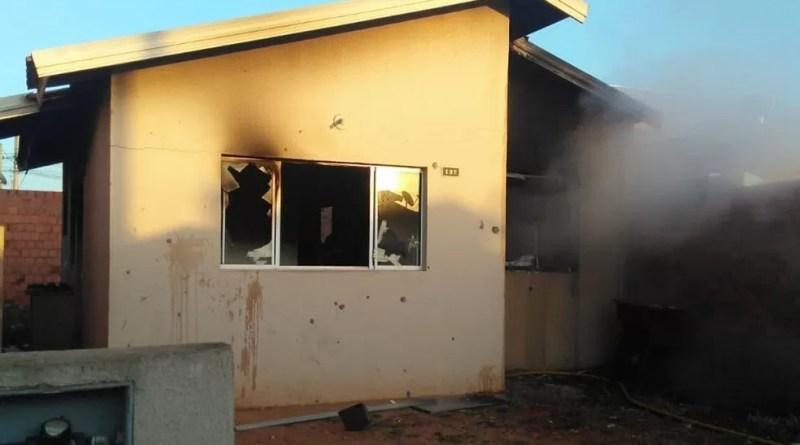 Corpo de Bombeiros encontra corpo carbonizado dentro de casa que pegou fogo em Araras — Foto: Beto Ribeiro Repórter