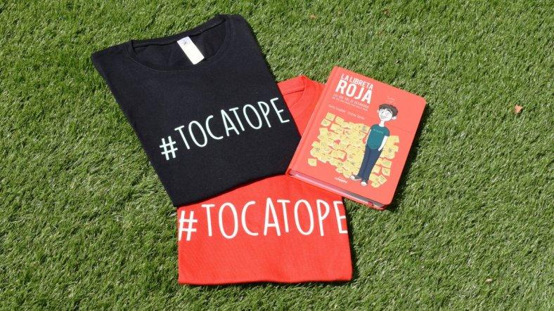 Chucherías, camisetas y libro la Libreta Roja,de Carlos Escudero Arás