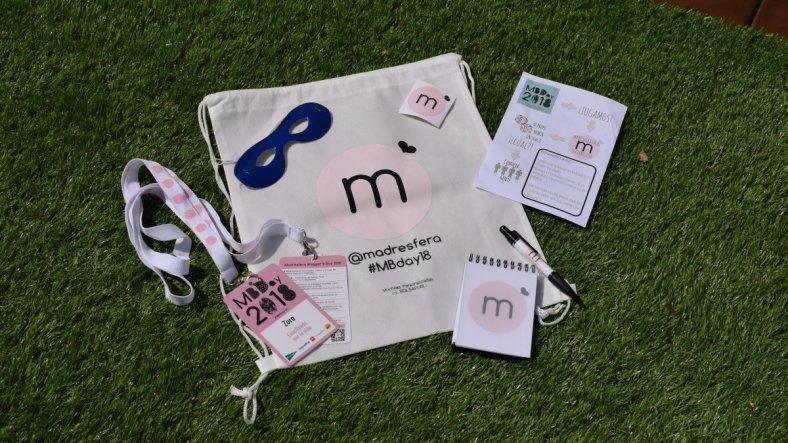 Chucherías, foto del merchandising de Madresfera para el MBDay18, con bolsa,libreta, bolígrafo, hoja,pegatina, antifaz y acreditaciones
