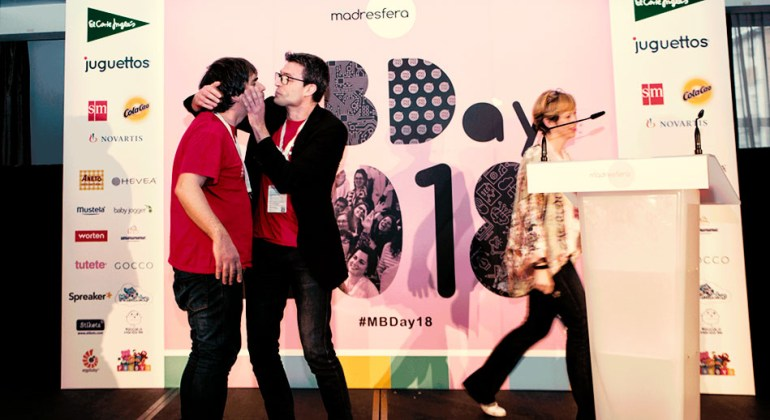 MBDay, Sunne dando un beso a Carlos por ganar el premios madresfera a mejor podcast
