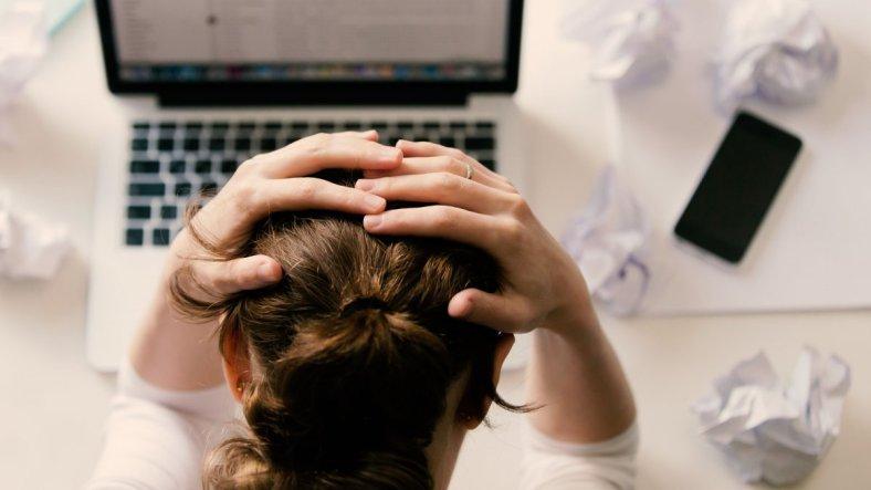 MDBay, chica intentando escribrir un post frustrada y con sensación de ser un impostor