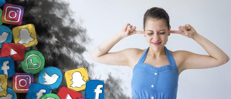 Guerra de maternidades, mujer con los oídos tapados al lado de nube negra con símbolos de redes sociales