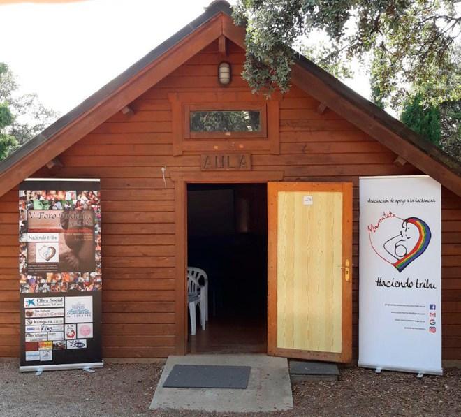 Foto de la entrada al aula, con 2 rollups del foro y de la asociación, para el V Foro de Grupos de Apoyo a la Lactancia materna