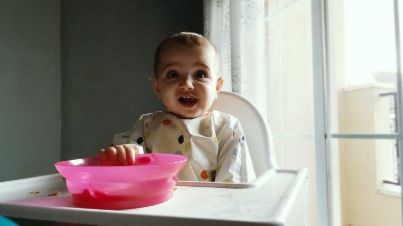Foto de bebé comiendo pasta mediante blw o alimentación complementaria sin papillas