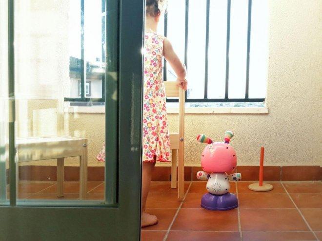 Niña jugando con Robita Robotita de Fisher Price jugando en la terraza