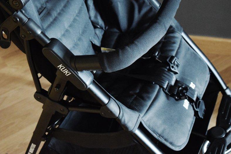 Vista de la barra y el logo Kuki de la silla ligera compacta Kuki de Baby Monsters