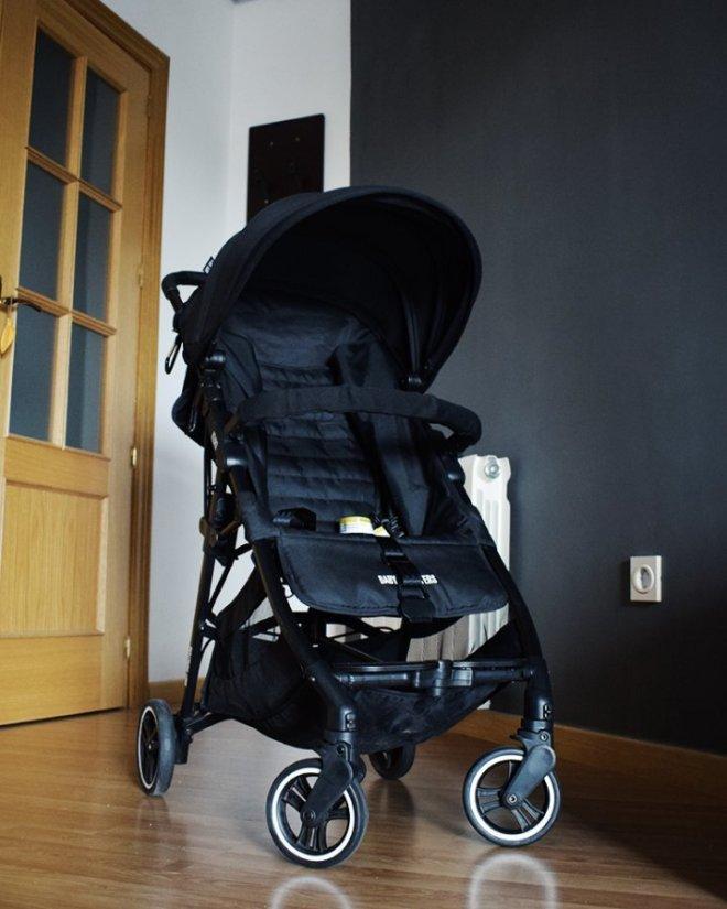 Foto frontal picada de la silla ligera compacta Kuki de Baby Monsters