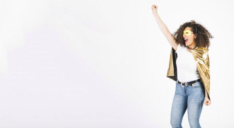 Mujer en pose heroica con capa y antifaz, reivindicando no soy una supermama