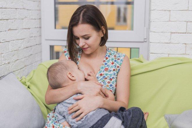 Madre dando el pecho a su hijo de 1 año representando las dificultades en la lactancia, sin enseñar teta, lactancia niños mayores