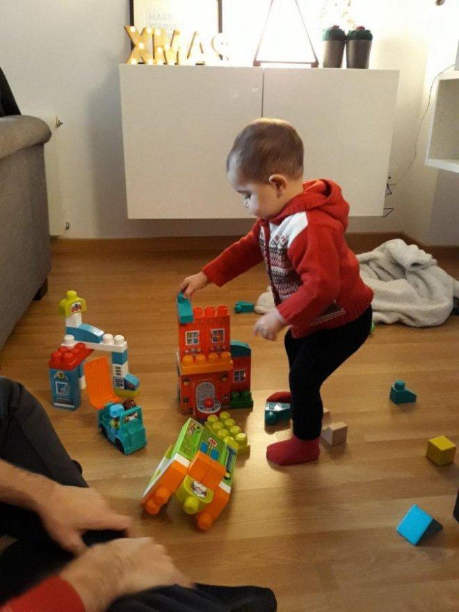 Bebé jugando a hacer torres con los bloques de Mega Bloks