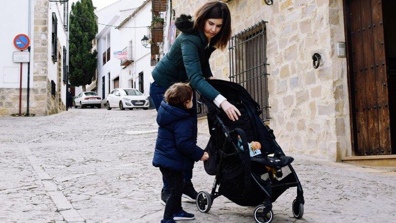 Fotografía para el post recomiendo la silla ligera kuki de baby monsters, madre y bebé subiendose a una silla ligera de paseo