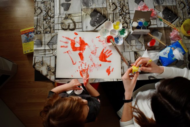 Ideas para pasar una tarde de lluvia, madre e hija pintando con temperas, manos sobre papel