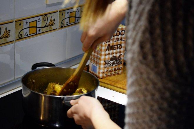 Removiendo lentejas con fondo de receta tradicional de lentejas con Caldo aneto de puchero