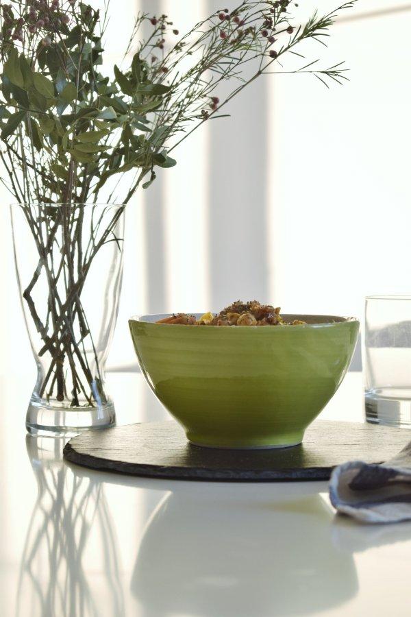 Vista superior de un estofado vegano en cuenco sobre mesa blanca con mínima decoración Bohemia para concurso esto me Aneta muchísimo de Aneto y Madresfera