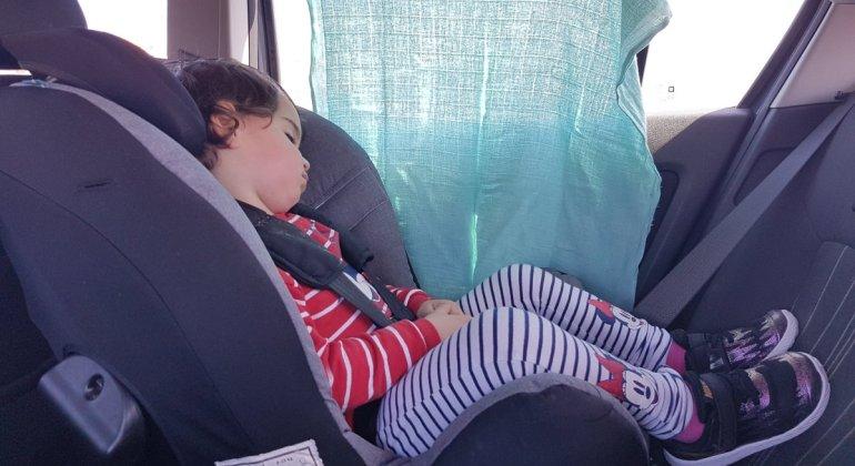 Niña de 2 años viajando a contramarcha en un silla Axkid Minikid