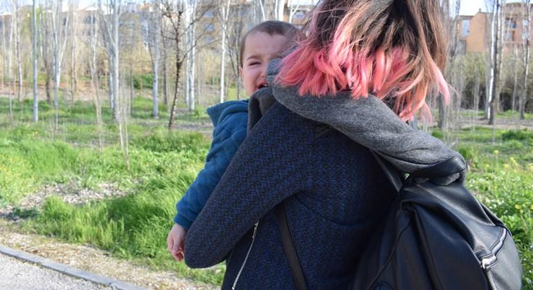 Madre con bebé llorando en brazos, para el post bebés de alta demanda