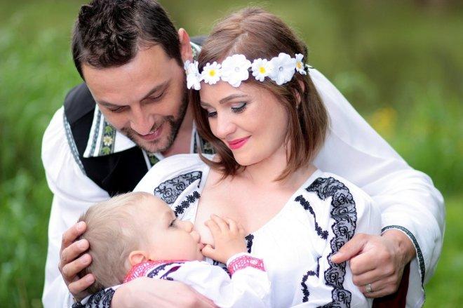 Padre apoyando a una madre mientras da lactancia materna, apoyar es la responsabilidad de todos los padres.