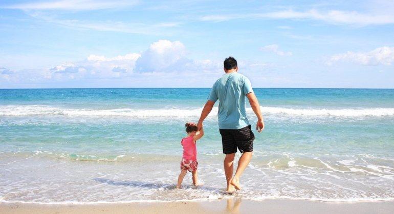 Papa con niña en la playa, ¿Cómo conciliamos y nos apañamos en verano? #RetoVerano