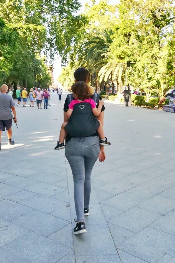 Mamá porteando a la espalda una niña mayor de 2 años