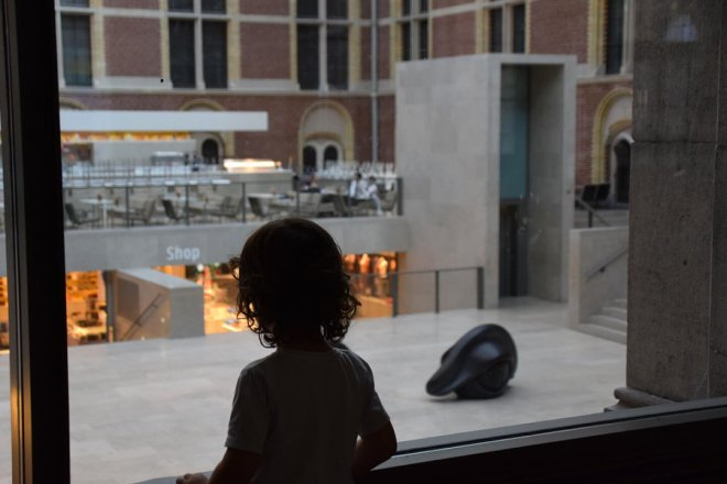 Vistas del patio central del Rijksmuseum, que se pueden ver desde el paso que lo cruza por debajo.