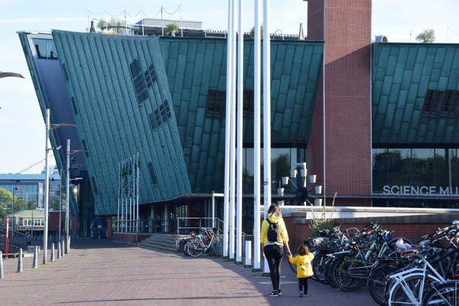 Camino del museo de ciencias Nemo, una visita muy recomendable si visitas Amsterdam con niños