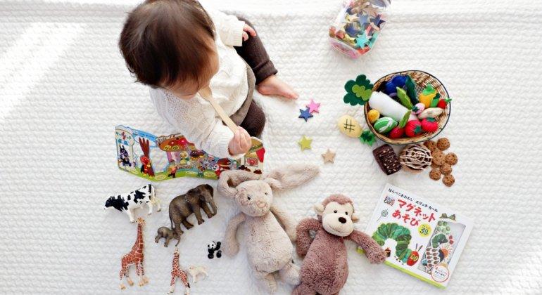 Bebé menor de 3 años jugando con regalos de Navidad