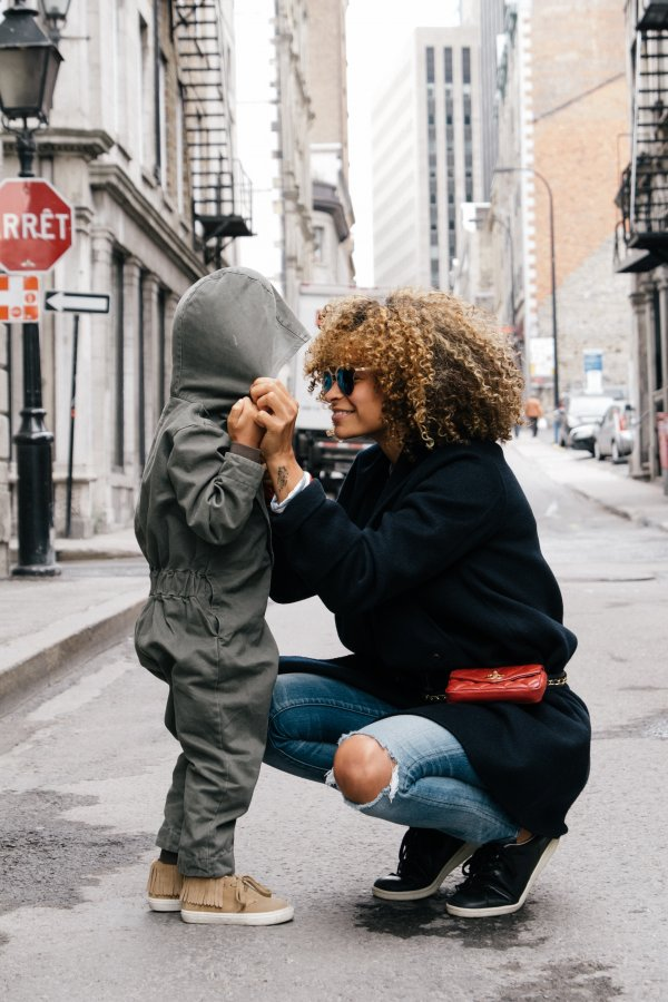 Madre agachada escuchando a su hijo, como recomienda la disciplina positiva, conecta como harías con Google home o Alexa
