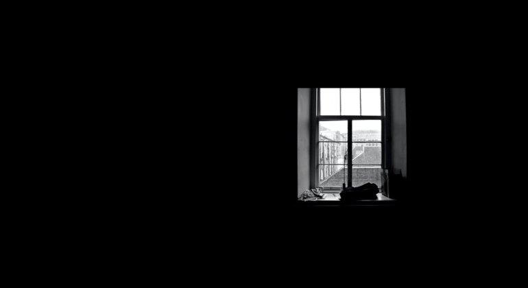 Oscuridad y una pequeña ventana, regresiones y agotamiento durante el covid19