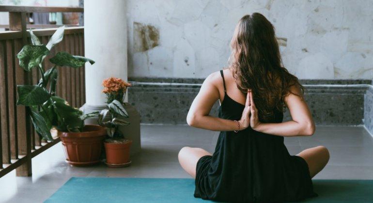 Mujer haciendo yoga, autocuiddado en la maternidad