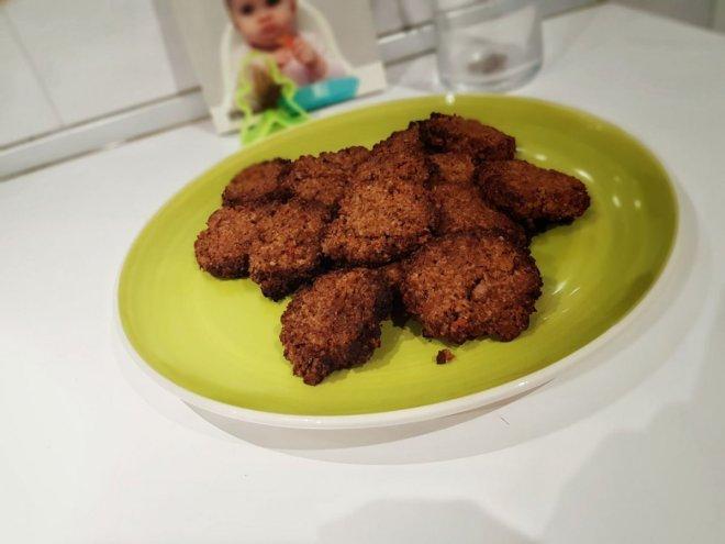 plato con galleta de zanahoria y nueces, receta para niños BLW
