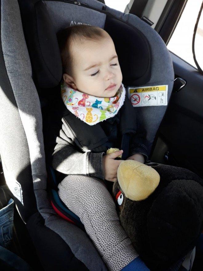 Bebé viajando en una silla SRI a contramarcha, opción para regalar a futuros padres