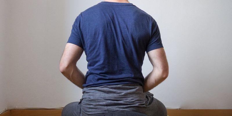 Fotografía: meditar en casa - zazen de cara a la pared (Fofografía de Ramón Clemente)
