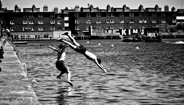 Romper con la rutina (gente saltando al agua)