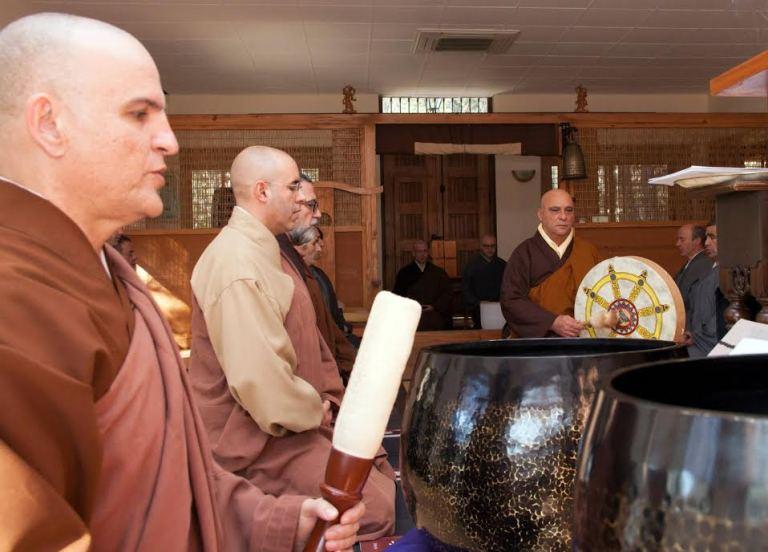 Samuel Soriano, instructor de meditación zen de la CBSZ en una ceremonia en el templo Luz Serena.